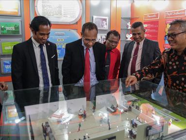 Ketua KPU Republik Indonesia Arief Budiman (kanan) memberikan penjelasan kepada Presiden Komisaris KPU Timor Leste Alcino De Aralijo Baris (ketiga kanan) bersama jajarannya di gedung KPU, Jakarta, Rabu (22/11). (Liputan6.com/Faizal Fanani)