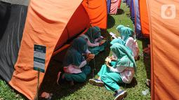 Santri membaca Al-Qur'an saat kegiatan Kemah Hari  Santri di Bogor, Selasa (22/10/2019). Pemerintah menetapkan 22 Oktober sebagai HSN bertepatan dengan Resolusi Jihad yang dikumandangkan  pendiri Nahdlatul Ulama KH. Hasyim Asyari untuk mempertahankan kemerdekaan RI. (merdeka.com/Arie Basuki)