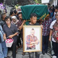 Pelawak, Gogon dimakamkan di tempat pemakaman umum Bukur Ireng, Pengging, Boyolali, Rabu 916/5).(Liputan6.com/Fajar Abrori)