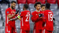Para pemain Bayern Munchen merayakan gol yang dicetak oleh Eric Maxim Choupo-Moting ke gawang Lazio pada laga Liga Champions di Allianz Arena, Kamis (18/3/2021). Bayern Munchen menang dengan skor 2-1. (AP Photo/Matthias Schrader)