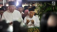 Ketua MUI Ma'ruf Amin (kanan) bersama presiden ke-6 RI Susilo Bambang Yudhoyono  memanjatkan doa saat salat jenazah Ani Yudhoyono di Puri Cikeas, Bogor, Jawa Barat, Minggu (2/6/2019). Jenazah Ani Yudhoyono akan dimakamkan di TMP Kalibata. (Liputan6.com/Immanuel Antonius)