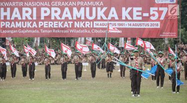 Para peserta pramuka menunjukan keahlianya dalam perayaan HUT ke-57 Pramuka di Lapangan Gajah Mada, Cibubur, Jakarta, Selasa (14/8). Perayaan ke-57 Pramuka kali ini mengangkat tema 'Pramuka Perekat NKRI'. (Liputan6.com/Faizal Fanani)