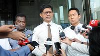 Wakil Ketua KPK Laode Muhammad Syarif (tengah) memberi keterangan usai melakukan pertemuan terkait kerja sama pengawasan hutan di gedung KPK, Jakarta (6/6). (Merdeka.com/Dwi Narwoko)