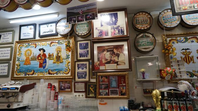 Berbagai memorabilia terpajang di dinding dan langit-langit bar Manolo El Del Bombo (Marco Tampubolon/Liputan6.com)