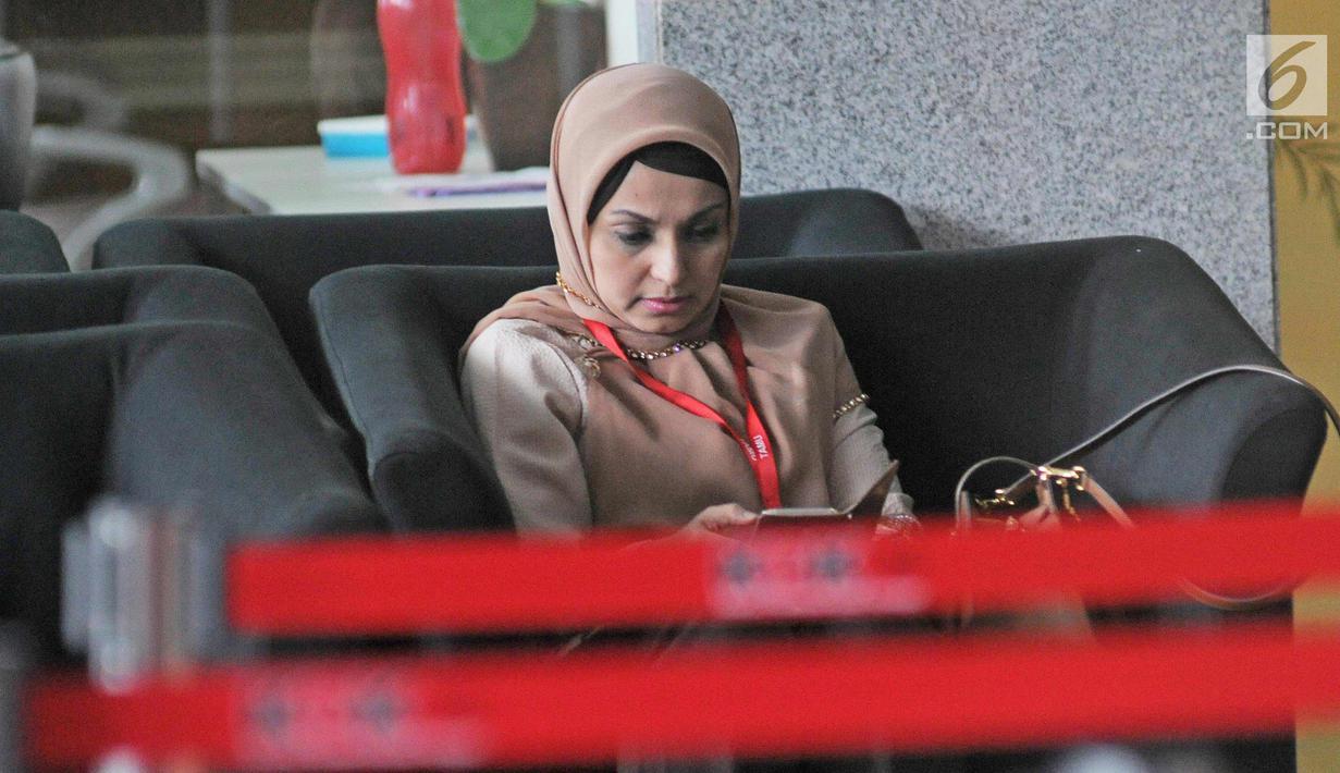 Dokter dari RS Medika Permata Hijau, Nadia Husein usai menjalani pemeriksaan di KPK, Jakarta, Jumat (9/2). Nadia diperiksa sebagai saksi kasus dugaan merintangi penyidikan perkara E-KTP dengan tersangka Setya Novanto. (Liputan6.com/Herman Zakharia)
