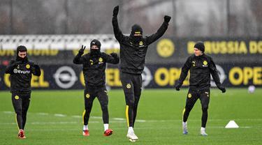 Pemain Borussia Dortmund Erling Haaland (tengah) berlatih bersama rekan setimnya jelang menghadapi Paris Saint-Germain (PSG) pada leg pertama babak 16 Besar Liga Champions di Dortmund, Jerman, Senin (17/2/2020). Dortmund akan menjamu PSG di Signal Iduna Park. (AP Photo/Martin Meissner)