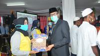 Gubernur Sumbar, Irwan Prayitno menyerahkan surat keputusan pemberian remisi kepada narapidana di provinsi setempat. (Liputan6.com/ ist)