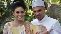 Nikita Mirzani resmi menjadi istri dari pria berdarah Irak, Sajad Ukra.Nikita menikah Jumat (11/10/13) di kawasan Jeruk Purut, Jakarta Selatan (Liputan6.com/ Andrian M Tunay)