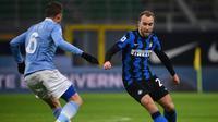 Gelandang Inter Milan, Christian Eriksen, turut membantu timnya meraih kemenangan 3-1 atas Lazio pada laga pekan ke-22 Serie A di Giuseppe Meazza, Senin (15/2/2021) dini hari WIB. (AFP/Marco Bertorello)