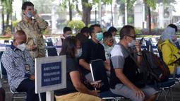 Calon penumpang menunggu untuk tes COVID-19 dengan GeNose C19 di Stasiun Pasar Senen, Jakarta, Selasa (23/2/2021). Hasil tes tersebut kemudian menjadi dokumen syarat perjalanan para penumpang kereta. (merdeka.com/Imam Buhori)