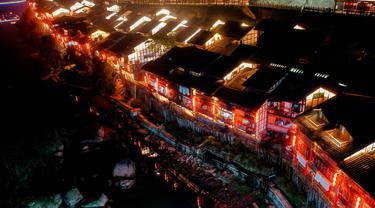 Kota Kuno Zhongshan berhias lampion jelang perayaan Tahun Baru Imlek di Distrik Jiangjin, Chongqing, China, Jumat (17/1/2020).  (Xinhua/Liu Chan)