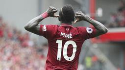 Striker Liverpool, Sadio Mane, melakukan selebrasi usai mencetak gol ke gawang West Ham pada laga Premier League di Stadion Anfield, Minggu (12/8/2018). Liverpool menang 4-0 atas West Ham. (AP/David Davies)