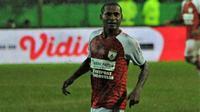 Bek Persipura, Yustinus Pae, ketika melawan Arema di Malang. (Bola.com/Iwan Setiawan)