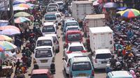 Sejumlah kendaraan terjebak macet di kawasan Pasar Kebayoran Lama, Jakarta, Selasa (11/5/2021). Sudah menjadi tradisi menjelang Idul Fitri 1442 H, warga belanja sembako dan daging untuk keperluan lebaran hingga membuat kawasan tersebut macet. (Liputan6.com/Angga Yuniar)
