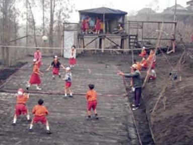Citizen6, Temanggung: Siswa/i melakukan olahraga voli di lapangan yang penuh dengan material letusan Gunung Bromo. (Pengirim: SDN Ngadirejo)