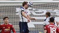Striker Tottenham Hotspur, Harry Kane juga tak mau kalah untuk menciptakan peluang di babak pertama, namun usahanya masih belum maksimal. (Foto: AP/Pool/Adrian Dennis)