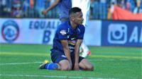 Pemain sayap Arema, Dendi Santoso menyesali kekalahan timnnya 1-2 dari Bali United di Stadion I Wayan Dipta, Gianyar, Sabtu (24/8/2019). (Bola.com/Iwan Setiawan)