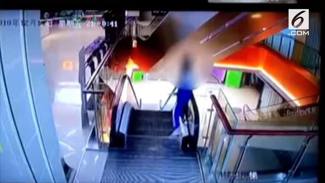 Detik-detik siswa sekolah menduduki pegangan eskalator hingga akhirnya terjatuh. Korban dilarikan ke rumah sakit untuk mendapatkan perawatan intensif.