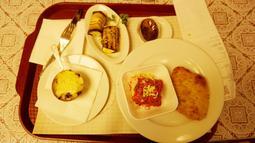 Beberapa menu makanan khas Rusia di Stolovaya. (Bola.com/Okie Prabhowo)