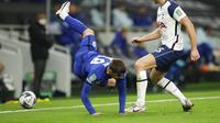 Pemain Tottenham Hotspur, Eric Dier (kanan), menekel pemain Chelsea, Mason Mount, pada laga babak keempat Carabao Cup di Tottenham Hotspur Stadium, Rabu (30/9/2020). (AP/Matt Dunham)