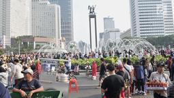 Sejumlah PKL terlihat selama car free day di MH Thamrin, Jakarta, Minggu (8/9/2019). Penutupan sebagian jalan akibat proyek revitalisasi trotoar membuat para PKL menggelar lapak hingga ke badan jalan sehingga menyebabkan aktivitas olahraga warga terhambat. (merdeka.com/Iqbal S. Nugroho)