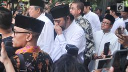 Ketua Umum Partai Nasdem Surya Paloh menghadiri persemayaman Ani Yudhoyono di Puri Cikeas, Bogor, Jawa Barat, Minggu (2/6/2019). Sejumlah tokoh terus berdatangan jelang pemakaman istri presiden ke-6 RI Susilo Bambang Yudhoyono (SBY) tersebut. (Liputan6.com/Immanuel Antonius)