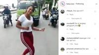 Dalam video yang dibagikan akun Instagram @fakta.indo, terlihat beberapa kendaraan harus berhenti karena aksi tersebut.