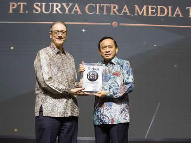 Direktur SCM, Imam Sudjarwo, menerima penghargaan dari Forbes Indonesia dalam acara bertajuk Best of the Best di Jakarta, Rabu (30/10/2019). SCM meraih penghargaan berkategori perusahaan dengan kapitalisasi pasar (market capitalization) di atas USD 1 miliar. (Liputan6.com/Faizal Fanani)