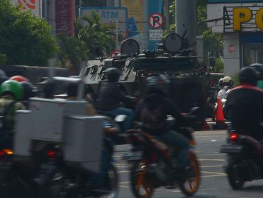Kendaraan lapis baja TNI berjaga di pertokoan Glodok, Jakarta, Jumat (11/5). Pengamanan ketat dilakukan guna antisipasi peristiwa yang tidak diinginkan terkait Aksi Bela Palestina di Monas. (Merdeka.com/Imam Buhori)