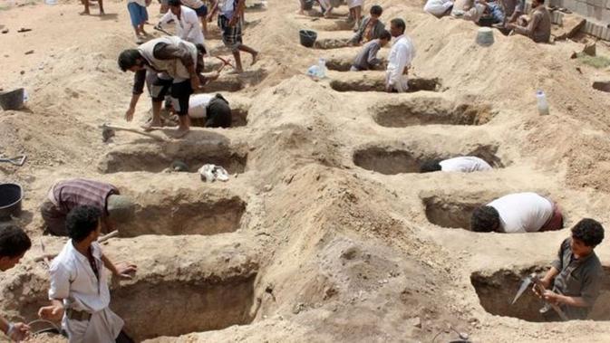 Pemakaman massal yang disiapkan untuk para korban serangan udara di Yaman (AFP)