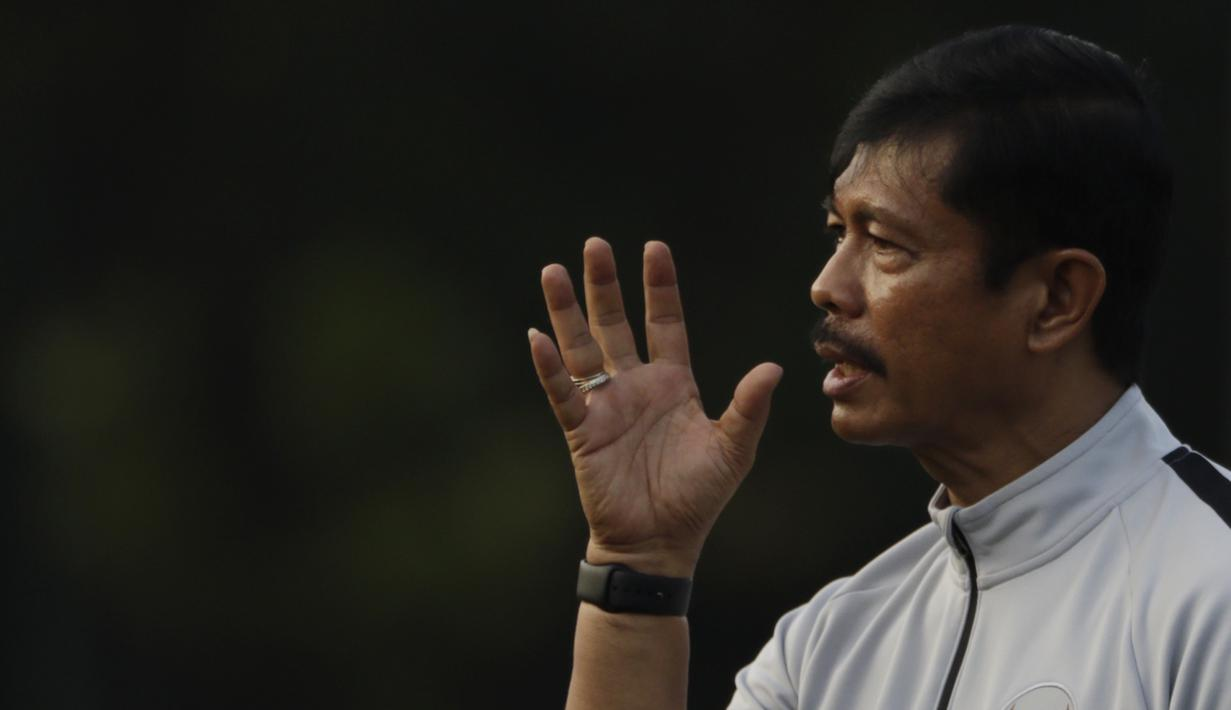 Pelatih Timnas Indonesia U-22, Indra Sjafri, memberikan instruksi saat latihan di Lapangan ABC Senayan, Jakarta, Senin (7/1). Latihan ini merupakan persiapan jelang Piala AFF U-22. (Bola.com/Vitalis Yogi Trisna)