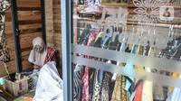 Pengrajin menyelesaikan pembuatan batik tulis di salah satu Kios Jakpreneur di Jalan Jenderal Sudirman, Jakarta, Rabu (3/2/2021). Terdapat 3 Kios Jakpreneur yang menjual berbagai produk UMKM dalam negeri, mulai dari kerajinan tangan hingga beragam jenis kuliner. (merdeka.com/Iqbal S. Nugroho)