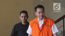 Anggota Komisi I DPR dari Fraksi Golkar, Fayakhun Andriadi mengenakan rompi oranye usai menjalani pemeriksaan oleh penyidik kasus Bakamla anggaran tahun 2016 APBN-P di gedung KPK, Jakarta, Kamis (21/6). (Merdeka.com/Dwi Narwoko)