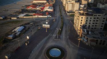 Suasana jalan utama yang kosong selama lockdown untuk menahan pandemi virus corona COVID-19 di Jalur Gaza, Palestina, Jumat (18/12/2020). Lockdown parsial di Jalur Gaza mulai diberlakukan sejak awal bulan Desember. (AP Photo/Khalil Hamra)