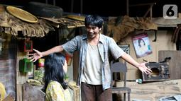 Pemain sedang memerankan tokoh di sanggar Teater Koma, Jakarta, Selasa (29/10/2019). Lakon J.J Sampah-Sampah Kota berkisah tentang sepasang suami istri Jian dan Juhro yang hidup di kolong jembatan dan tidak punya jaminan masa depan. (Liputan6.com/Fery Pradolo)