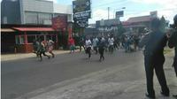Kelompok orang dari Papua berjalan membawa senjata tajam dari mulai Jalan Seturan hingga Babarsari, Rabu (12/9 - 2018). (Harian Jogja/Irwan A. Syambudi)