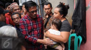 Calon Wakil Gubernur DKI Jakarta nomor urut 2, Djarot Saiful Hidayat menyapa warga saat melakukan blusukan di Kalibata Timur, Jakarta, Kamis (22/12). (Liputan6.com/Gempur M Surya)