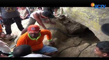 Diduga, kedelapan orang pemburu harta karun tersebut keracunan asap genset yang digunakan untuk menguras air dari dasar lubang galian.