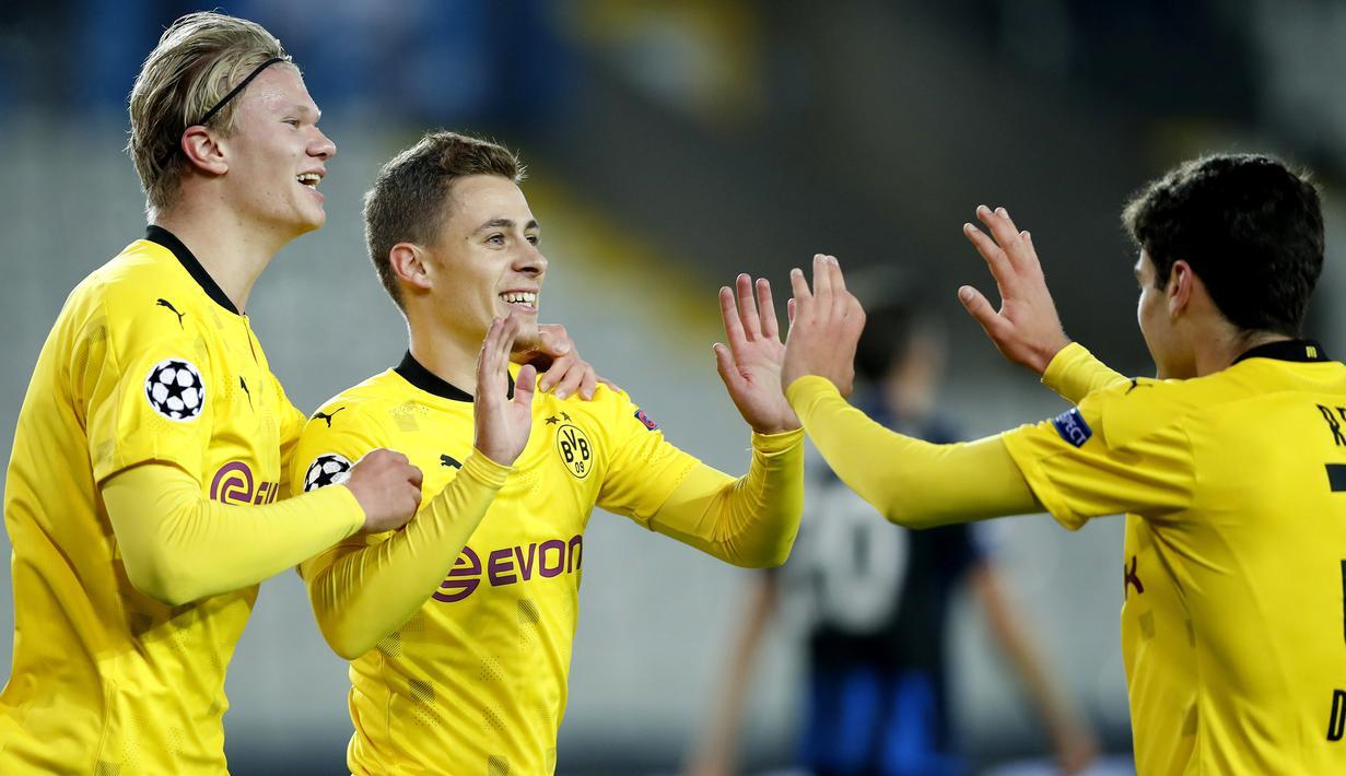 Pemain Borussia Dortmund merayakan gol yang dicetak Thorgan Hazard ke gawang Club Brugge pada laga lanjutan Liga Champions di Jan Breydel Stadion, Kamis (5/11/2020) dini hari WIB. Borussia Dortmund menang 3-0 atas Club Brugge. (AP Photo/ Francisco Seco)