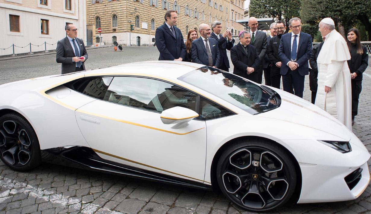 Photo Wow Paus Fransiskus Dapat Hadiah Mobil Lamborghini Putih Global Liputan6 Com