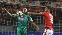 Duel pemain Persija Jakarta, Wllian Pachecho (kanan) dan Sriwijaya FC, Hilton Moreira pada laga Liga 1 2017 di Stadion Wibawa Mukti, Cikarang, Jumat (16/6/2017). Persija menang 1-0. (Bola.com/Nicklas Hanoatubun)
