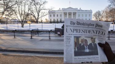 Surat kabar tiruan The Washington Post yang memberitakan Presiden Donald Trump mengundurkan diri beredar di Washington, DC, Rabu (16/1). Surat kabar bertanggal 1 Mei 2019 itu mirip dengan salinan asli The Washington Post (Tasos Katopodis/Getty Images/AFP)