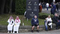 Penggemar Newcastle duduk di luar lapangan sebelum pertandingan sepak bola Liga Premier Inggris antara Newcastle dan Tottenham Hotspur di St. James' Park di Newcastle, Inggris, Minggu 17 Oktober 2021. (AP/Jon Super)