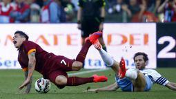 Penyerang AS Roma, Juan Iturbe (kiri) saat dilanggar gelandang Lazio Senad Lulic pada laga Serie A Italia di Stadion Olimpico, Italia, Selasa dini hari (26/5/2015). Lazio menyerah 0-1 dari AS Roma. (Reuters/Tony Gentile)