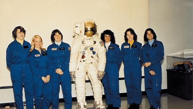 Anna Fisher (kedua dari kanan) adalah ibu pertama yang menjadi astronaut dan terbang ke angkasa luar (Credit: NASA)