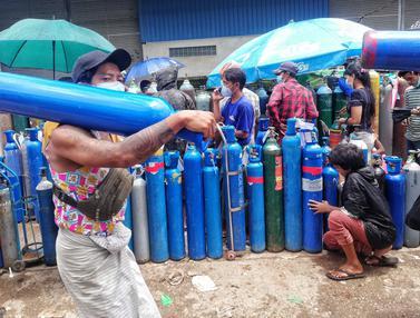 Kasus COVID-19 Melonjak, Warga Myanmar Antre Isi Ulang Oksigen