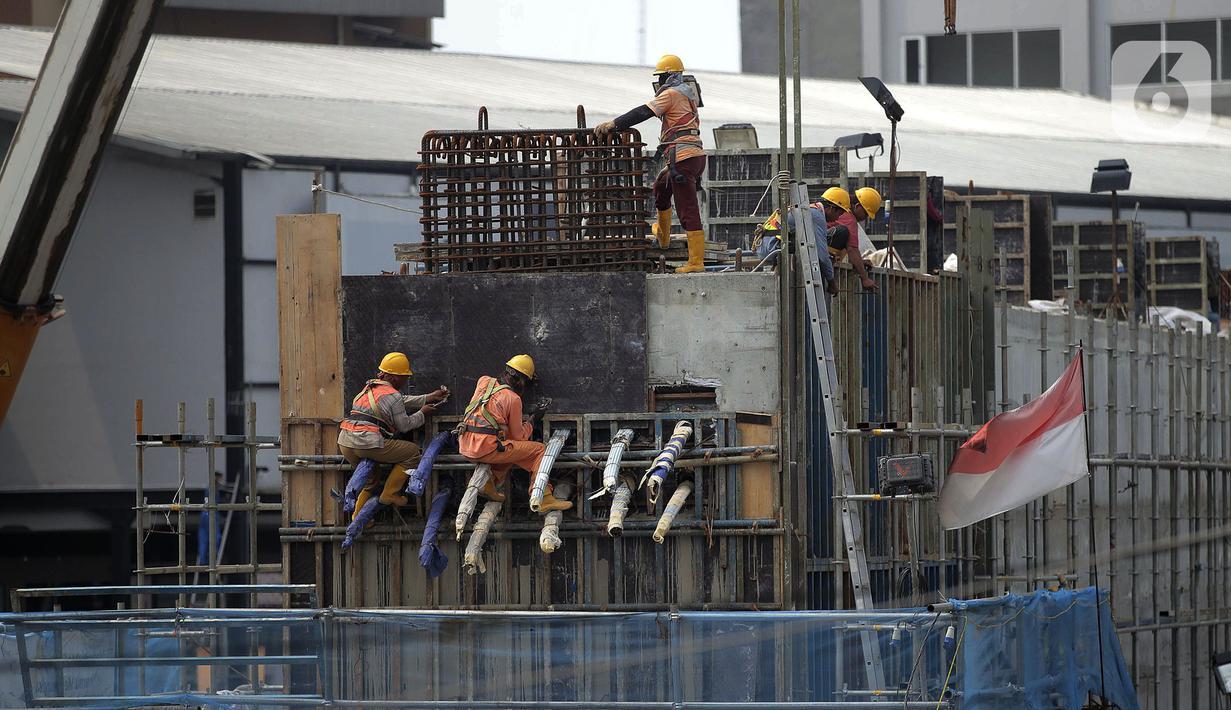 Para pekerja menyelesaikan proyek Tol Becakayu di Jalan Ahmad Yani, Senin (26/10/2020). Menteri Ketenagakerjaan Ida Fauziyah mengatakan bantuan subsidi gaji BPJS Ketenagakerjaan gelombang kedua akan cair pada awal November 2020. (Liputan6.com/Johan Tallo)
