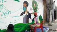 Kampanye kreatif yang dilakukan Komunitas Mural Medan adalah dengan melukis mural di sebuah tembok yang berada di Jalan Stasiun Kereta Api.