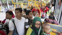 Shuttle bus memudahkan perjalanan di area Festival Asian Games 2018 pada hari Sabtu (1/9/2018) di kawasan Gelora Bung Karno, Senayan Jakarta. (Bola.com/Peksi Cahyo)