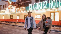 Meski cuaca dingin Chelsea bersama Glenn dan Nastusha terlihat begitu menikmati liburannya. Keluarga tersebut sedang menikmati indahnya jalanan di Las Vegas. (Liputan6.com/IG/@chelseaoliviaa)